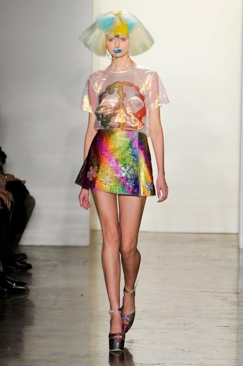 ファッションショーで乳首が透けてる&見えてるモデルのセクシー画像 31