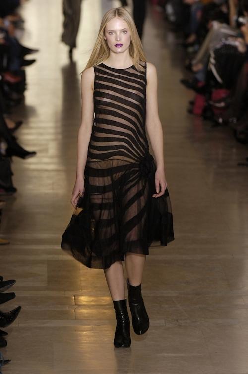 ファッションショーで乳首が透けてる&見えてるモデルのセクシー画像 32
