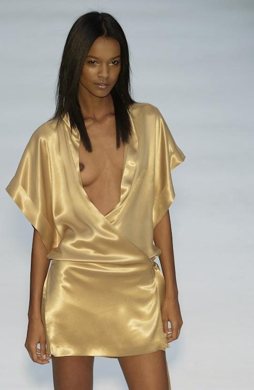 ファッションショーで乳首が透けてる&見えてるモデルのセクシー画像 33