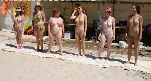 ヌーディストビーチにいた美女のヌード画像 24