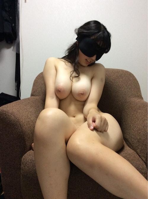 巨乳な日本の素人女性を目隠しして撮影したヌード画像  3