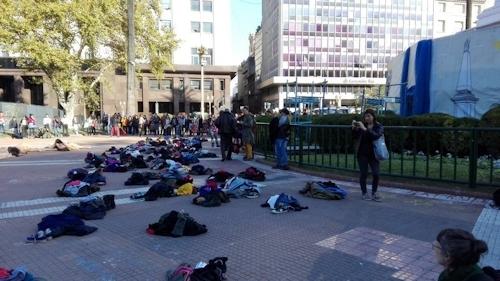 アルゼンチンで100人以上の女性が全裸になって女性への暴力に対する抗議デモ 3