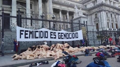 アルゼンチンで100人以上の女性が全裸になって女性への暴力に対する抗議デモ 5