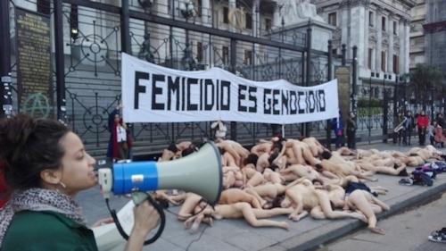 アルゼンチンで100人以上の女性が全裸になって女性への暴力に対する抗議デモ 6