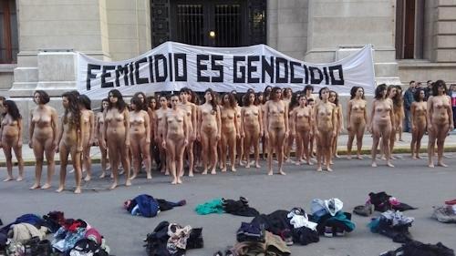 アルゼンチンで100人以上の女性が全裸になって女性への暴力に対する抗議デモ 8
