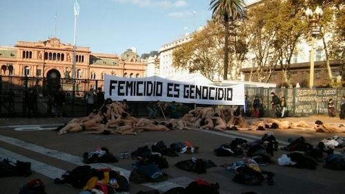 アルゼンチンで100人以上の女性が全裸になって女性への暴力に対する抗議デモ 10