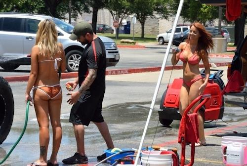 ビキニ美女が洗車してるカーウォッシュ画像 1