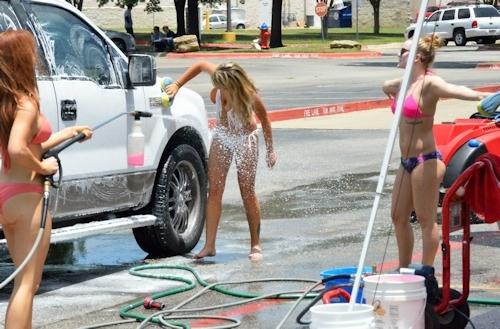 ビキニ美女が洗車してるカーウォッシュ画像 5