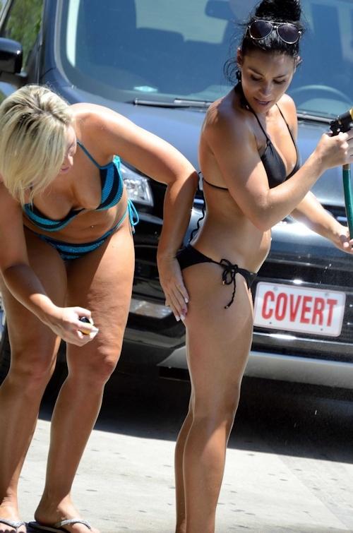 ビキニ美女が洗車してるカーウォッシュ画像 13