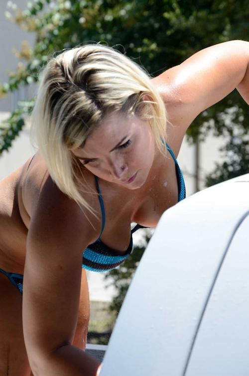 ビキニ美女が洗車してるカーウォッシュ画像 16