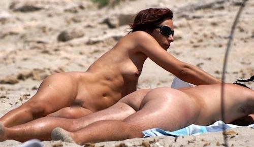 ヌーディストビーチにいた美女のヌード画像 10