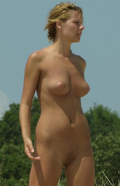 ヌーディストビーチにいた美女のヌード画像 13