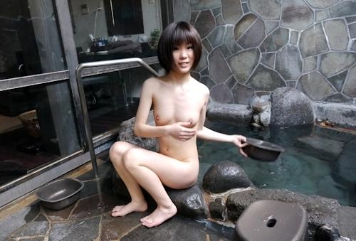 スレンダー美乳な19歳女子大生の温泉ヌード画像  8