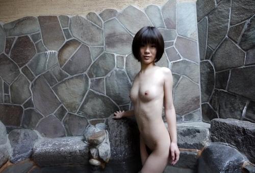 スレンダー美乳な19歳女子大生の温泉ヌード画像  9