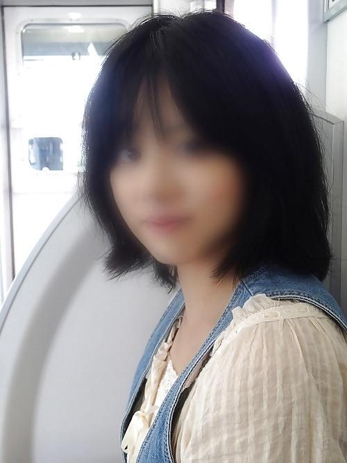スレンダーな日本の素人美女が電車内でパンティを脱いで露出プレイしてるヌード画像 2