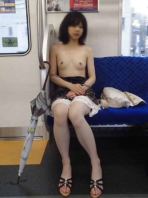 スレンダーな日本の素人美女が電車内でパンティを脱いで露出プレイしてるヌード画像 7