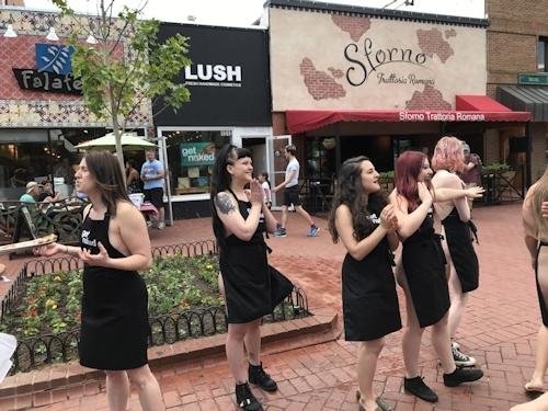 """自然派化粧品&ソープ店「LUSH(ラッシュ)」が""""裸エプロンDAY""""を実施 11"""