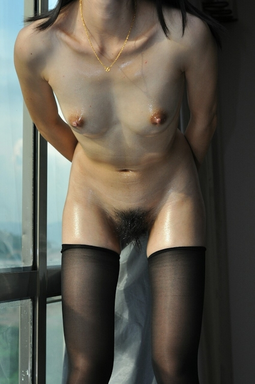 Bカップ美微乳な素人女性のウェッティなヌード画像 6