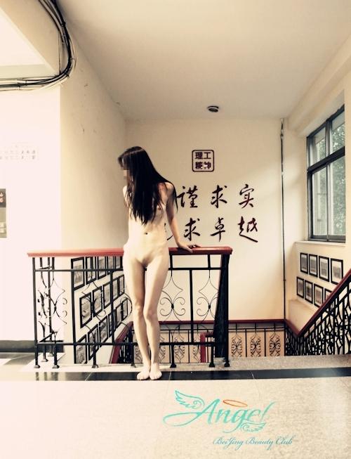 中国美微乳女性の野外露出ヌード画像 13