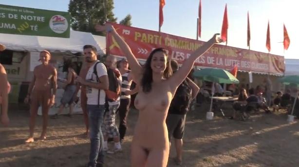 フランスの音楽イベントで全裸になってる美女のヌード動画 6