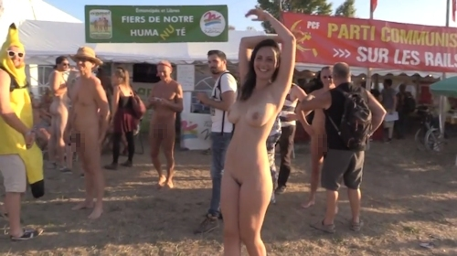 フランスの音楽イベントで全裸になってる美女のヌード動画 10