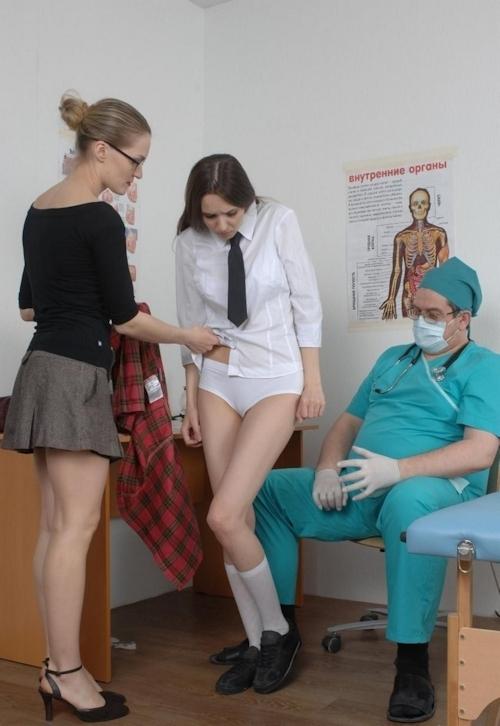 身体検査で全裸にされてるロシアの女子学生のヌード画像 4