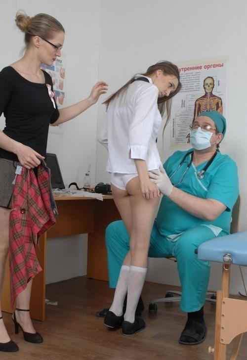 身体検査で全裸にされてるロシアの女子学生のヌード画像 5