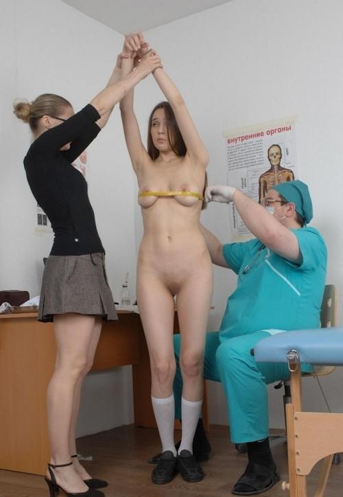 身体検査で全裸にされてるロシアの女子学生のヌード画像 14
