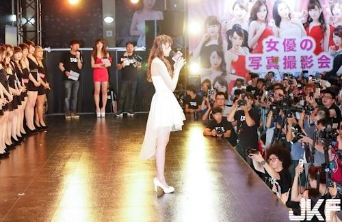 台湾アダルトエキスポに日本の人気AV女優が多数参加で台湾男性が大興奮 6