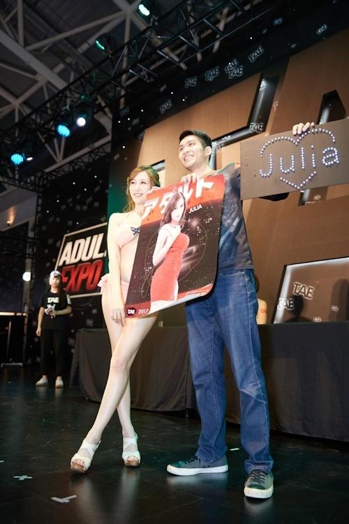台湾アダルトエキスポに日本の人気AV女優が多数参加で台湾男性が大興奮 22