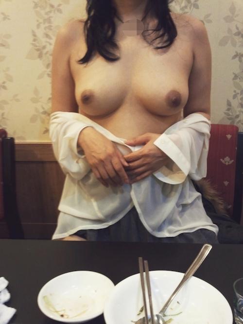 レストランや野外で露出プレイしてる素人女性のヌード画像 6