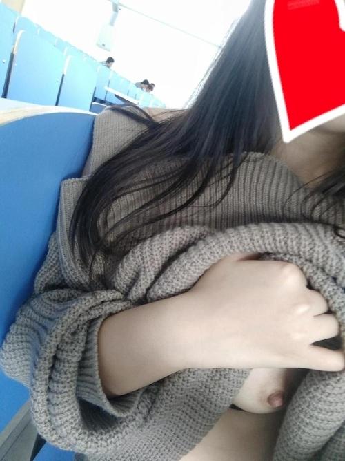 大学の教室内でおっぱいを露出している女子大生の自分撮り画像 10