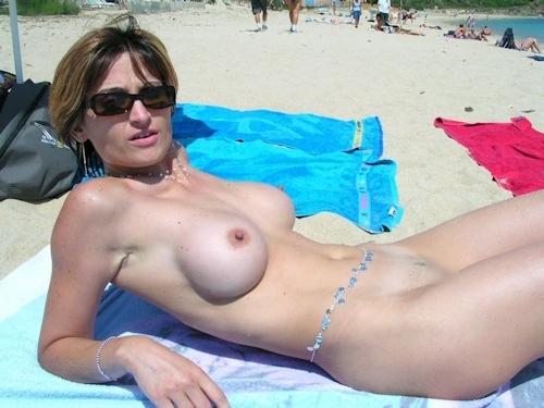 ヌーディストビーチにいた美女のヌード画像 7