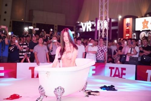 台湾アダルトエキスポ2017でモデルの泡風呂入浴ショー 2