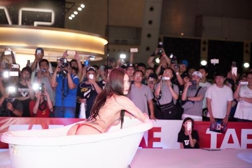 台湾アダルトエキスポ2017でモデルの泡風呂入浴ショー 3