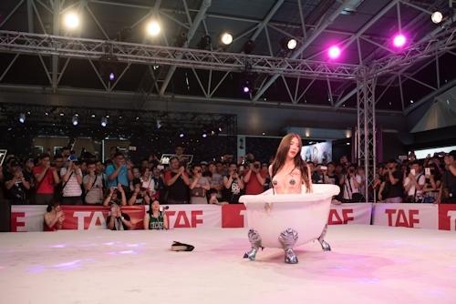 台湾アダルトエキスポ2017でモデルの泡風呂入浴ショー 5