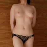 美乳な中国女性が乳首をつまんでるヌード画像