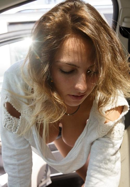 胸の谷間がセクシーな西洋美女の画像 4