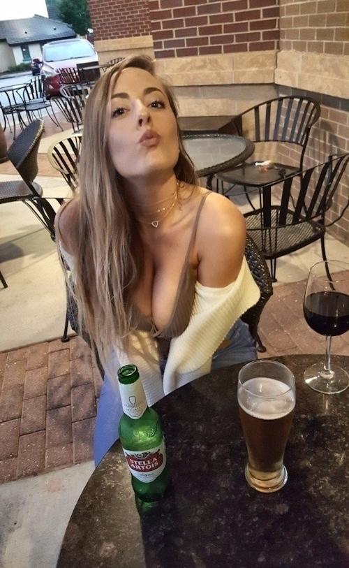 胸の谷間がセクシーな西洋美女の画像 15