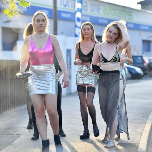 オックスフォード大学の学生がパーティーでトップレスなどセクシー衣装 1