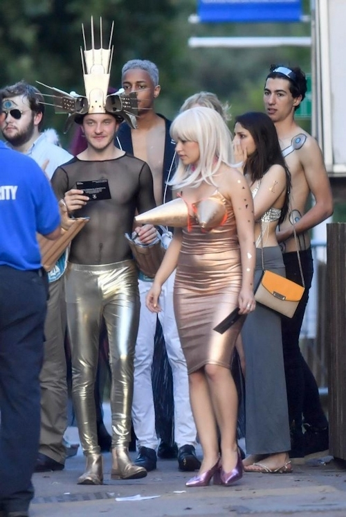 オックスフォード大学の学生がパーティーでトップレスなどセクシー衣装 5