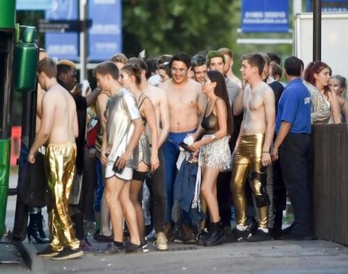 オックスフォード大学の学生がパーティーでトップレスなどセクシー衣装 7