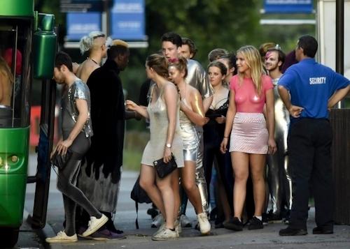 オックスフォード大学の学生がパーティーでトップレスなどセクシー衣装 9