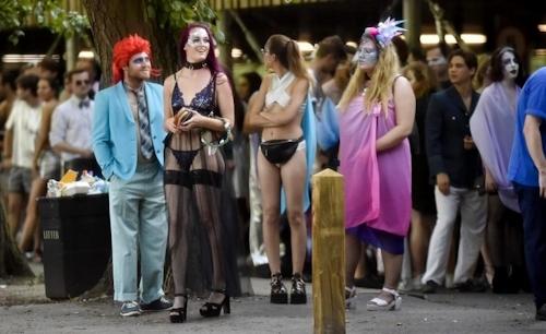 オックスフォード大学の学生がパーティーでトップレスなどセクシー衣装 12