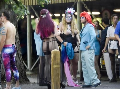 オックスフォード大学の学生がパーティーでトップレスなどセクシー衣装 13