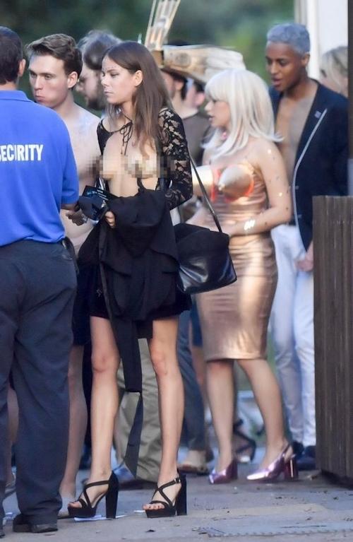 オックスフォード大学の学生がパーティーでトップレスなどセクシー衣装 14