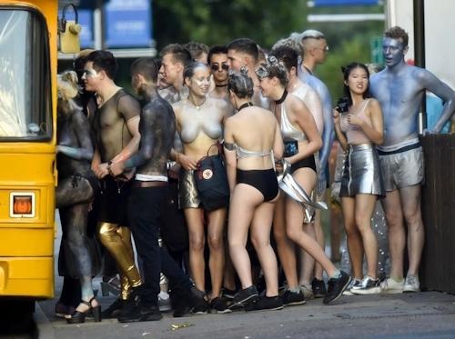 オックスフォード大学の学生がパーティーでトップレスなどセクシー衣装 15
