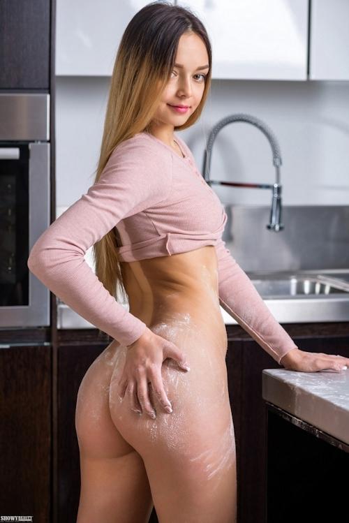 キッチンで撮影したロシア美女のヌード画像 6