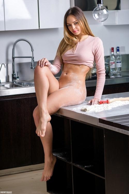 キッチンで撮影したロシア美女のヌード画像 7