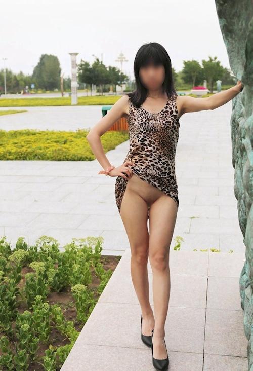 微乳な中国女性の野外露出ヌード画像 4